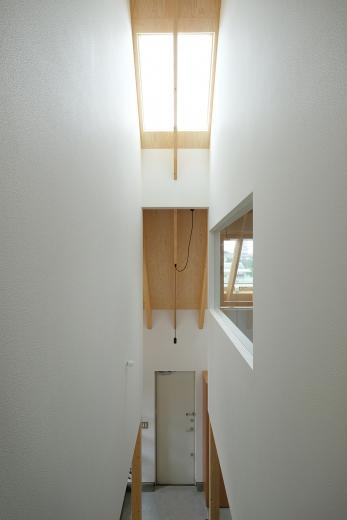 三角の大屋根に包まれた住まいの写真10