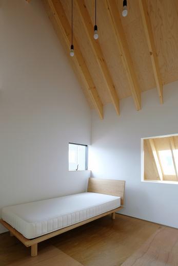 三角の大屋根に包まれた住まいの写真11