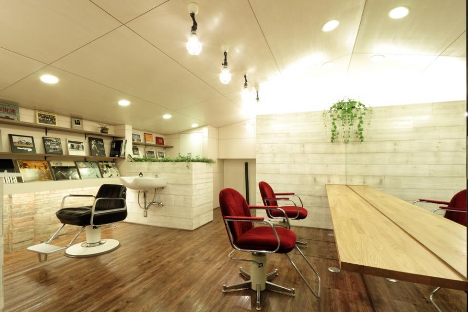 虚像の壁によりバーチャルな拡がりを持つ美容室の写真1