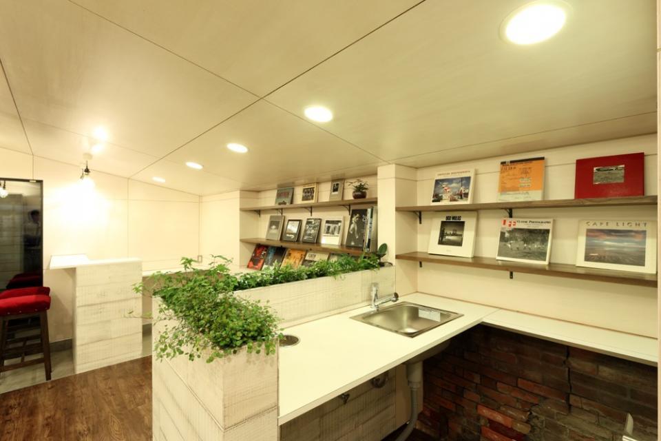 虚像の壁によりバーチャルな拡がりを持つ美容室の写真2
