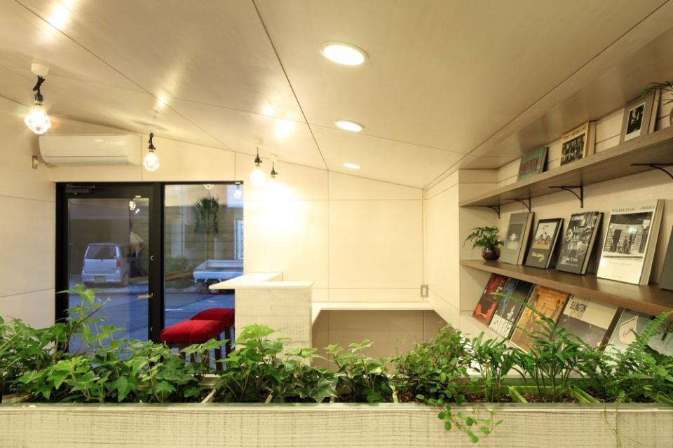 虚像の壁によりバーチャルな拡がりを持つ美容室の写真3