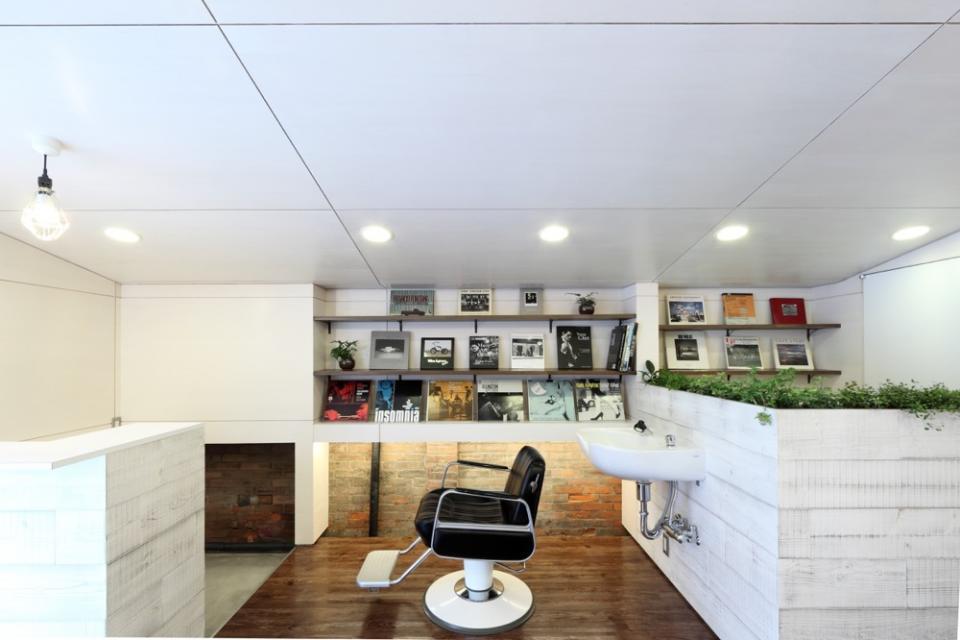 虚像の壁によりバーチャルな拡がりを持つ美容室の写真4