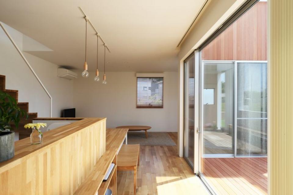 穴のある外郭を持ち周囲の自然を感じる家の写真2