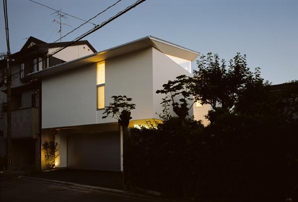 切妻と中庭の家 -縦長の敷地ですべての部屋に直接光を取り込む-の写真0