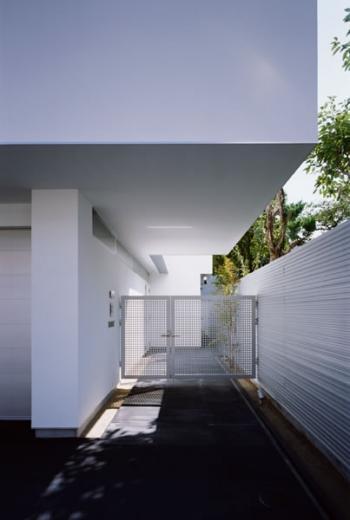 切妻と中庭の家 -縦長の敷地ですべての部屋に直接光を取り込む-の写真1