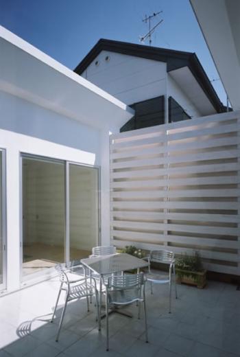 切妻と中庭の家 -縦長の敷地ですべての部屋に直接光を取り込む-の写真3