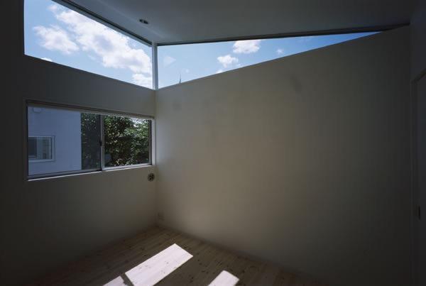 切妻と中庭の家 -縦長の敷地ですべての部屋に直接光を取り込む-の写真4