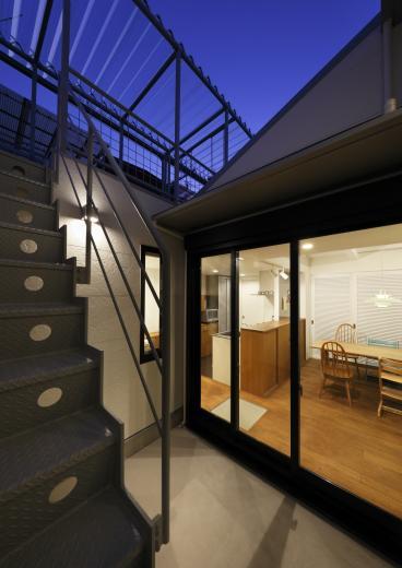 5段の距離がいい -程よい距離感の二世帯住宅 長屋のフルリノベーション-の写真2