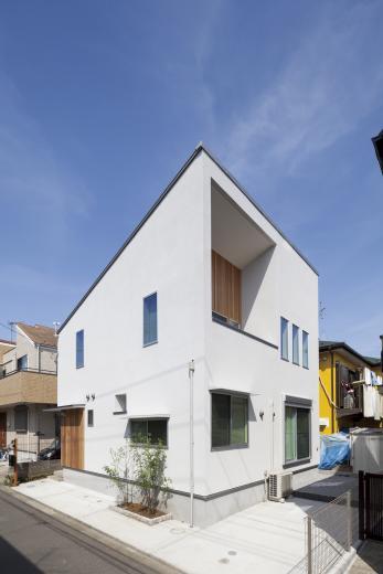 ステップのあるシンプルハウスの写真0