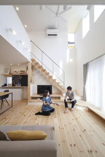 ステップのあるシンプルハウスの写真2
