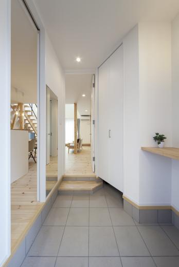 ステップのあるシンプルハウスの写真5