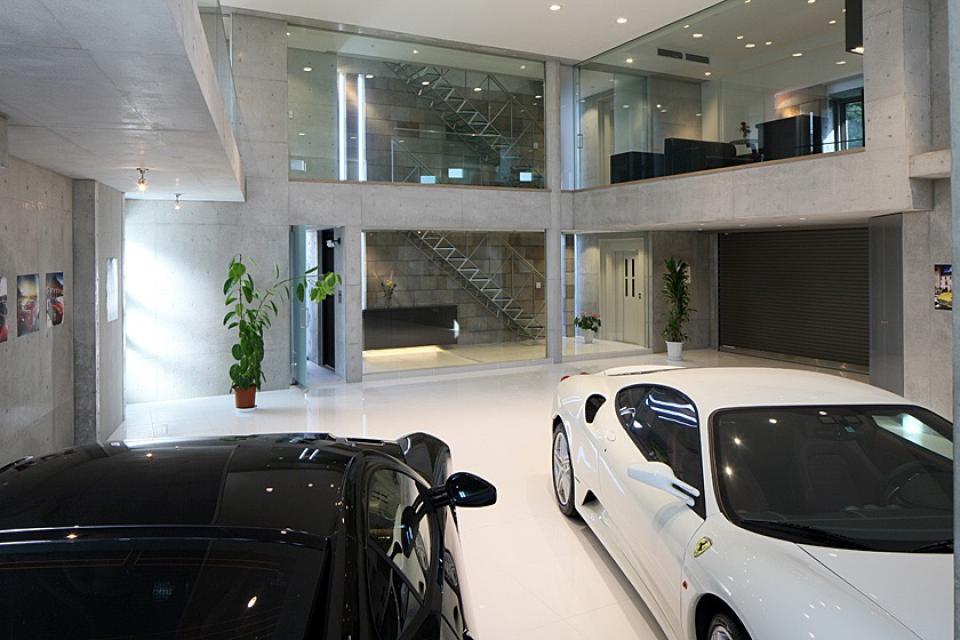 フェラーリを望む家の写真2
