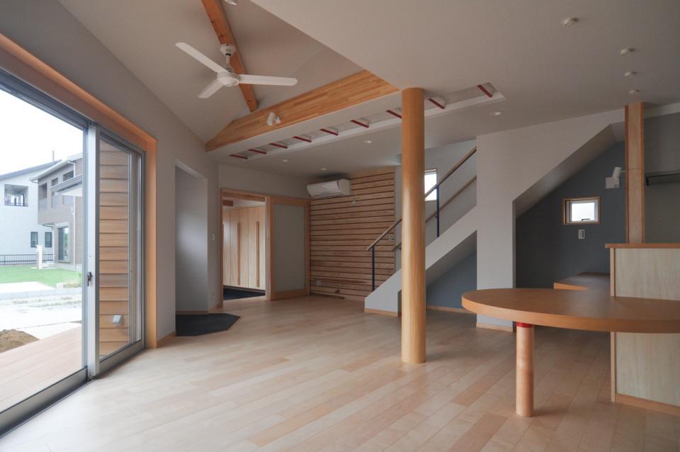 室内と庭空間 敷地を一体化する三角形プランの写真0