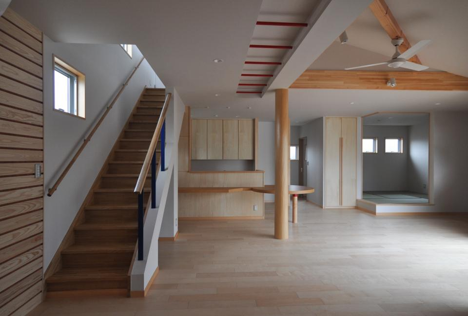 室内と庭空間 敷地を一体化する三角形プランの写真1
