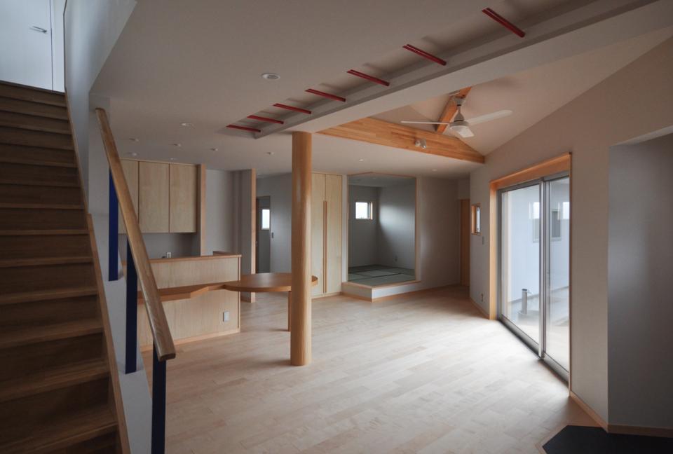 室内と庭空間 敷地を一体化する三角形プランの写真2
