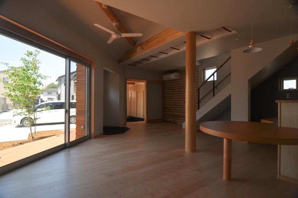 室内と庭空間 敷地を一体化する三角形プランの写真4
