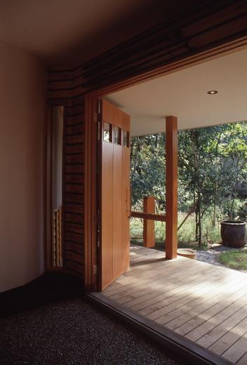 【雑木林の中の回遊住宅】屋上庭園に点在するアトリエの写真3