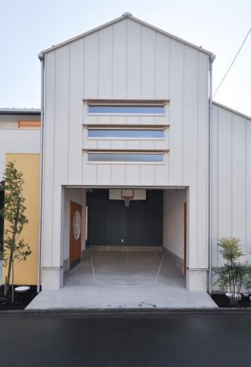 ガレージを利用して、バスケットボールができる家の写真0