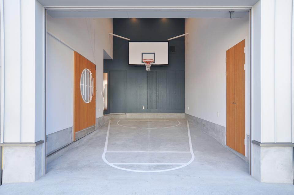 ガレージを利用して、バスケットボールができる家の写真1