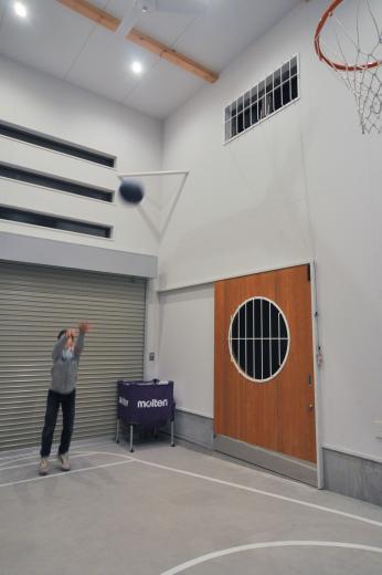 ガレージを利用して、バスケットボールができる家の写真2