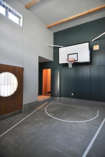 ガレージを利用して、バスケットボールができる家の写真3