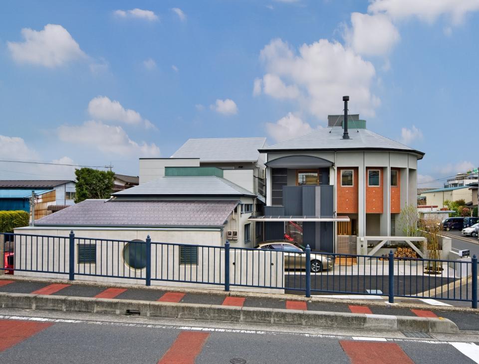 職住近接の暮らし (既存減築工場+新築住宅) 多角形の2階リビングの写真1