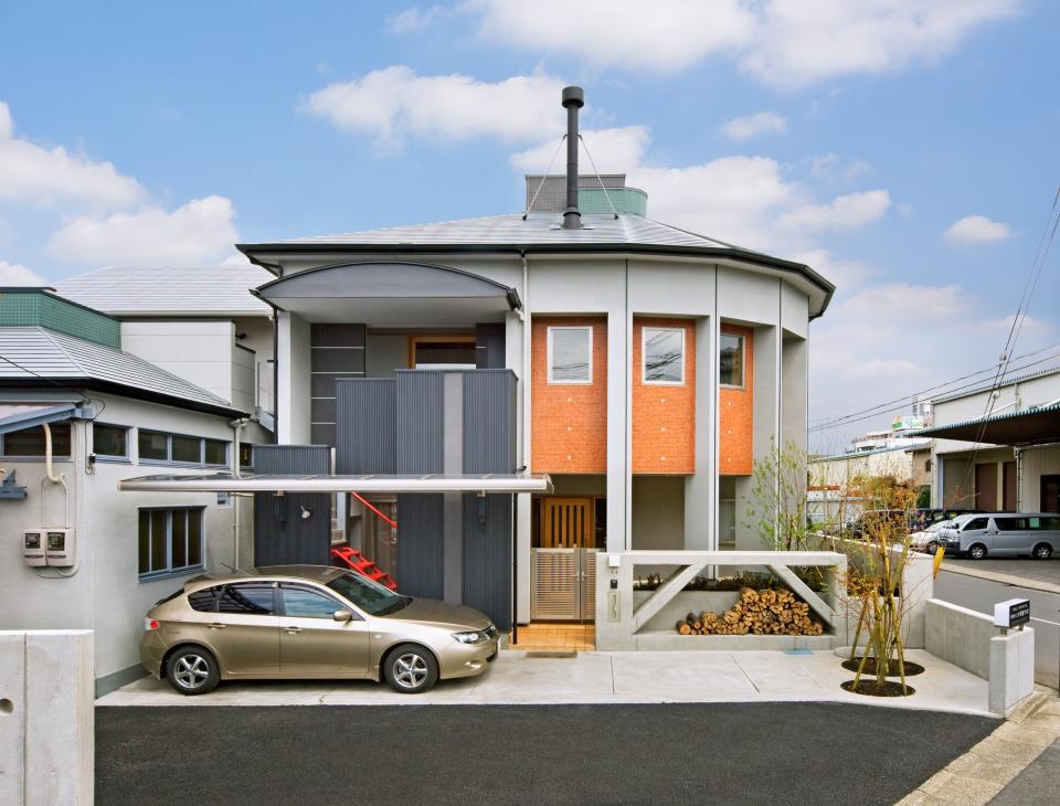 職住近接の暮らし (既存減築工場+新築住宅) 多角形の2階リビングの写真2