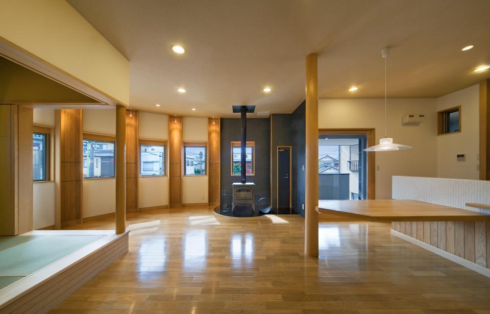 職住近接の暮らし (既存減築工場+新築住宅) 多角形の2階リビングの写真3