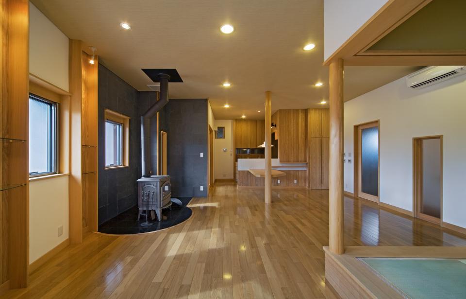 職住近接の暮らし (既存減築工場+新築住宅) 多角形の2階リビングの写真4