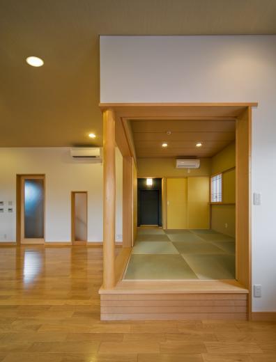 職住近接の暮らし (既存減築工場+新築住宅) 多角形の2階リビングの写真6
