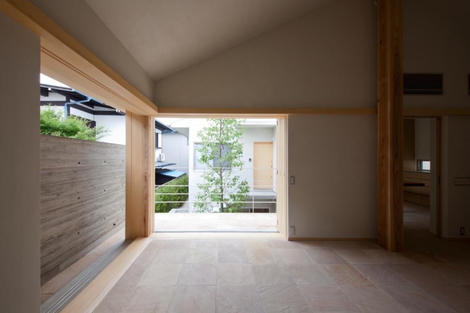 中庭を中心にした家。どの部屋からもシンボルツリーが見えて楽しい!の写真0