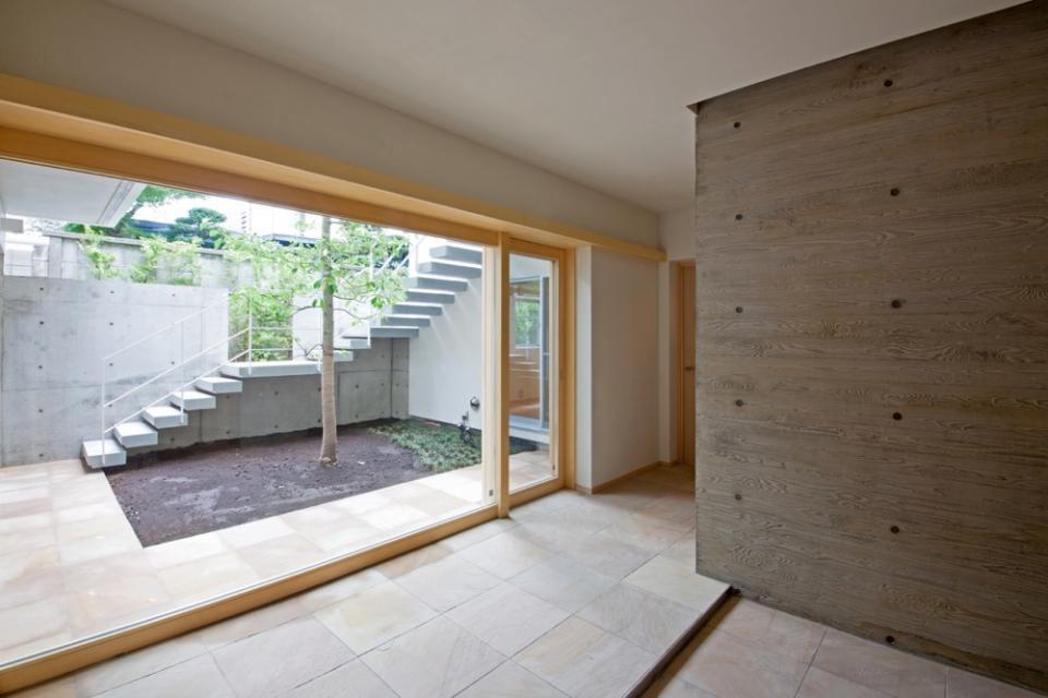 中庭を中心にした家。どの部屋からもシンボルツリーが見えて楽しい!の写真2