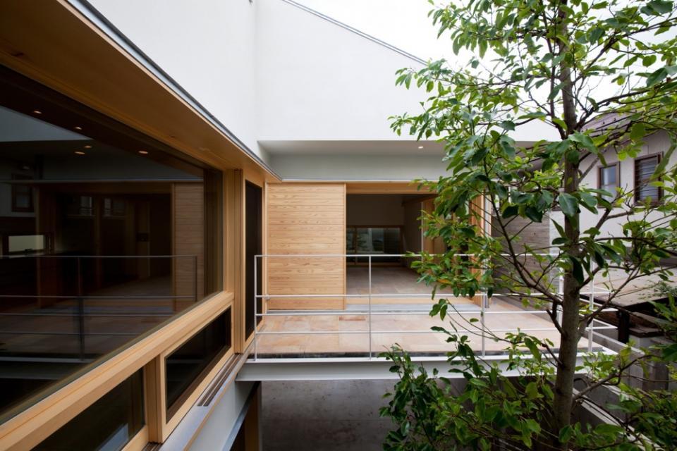 中庭を中心にした家。どの部屋からもシンボルツリーが見えて楽しい!の写真4