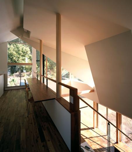 山に向かう家-2の写真1