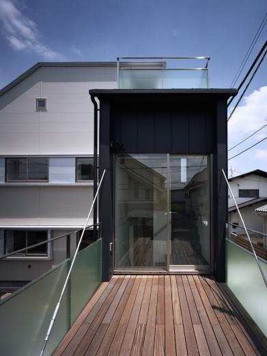 【白鷺の家】  吊り橋のように、宙に浮くバルコニーの家の写真1