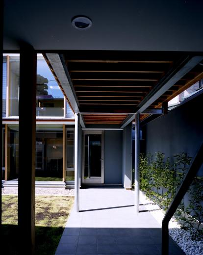 【対の家】中庭ごしにブリッジでつながる母屋と離れの写真2