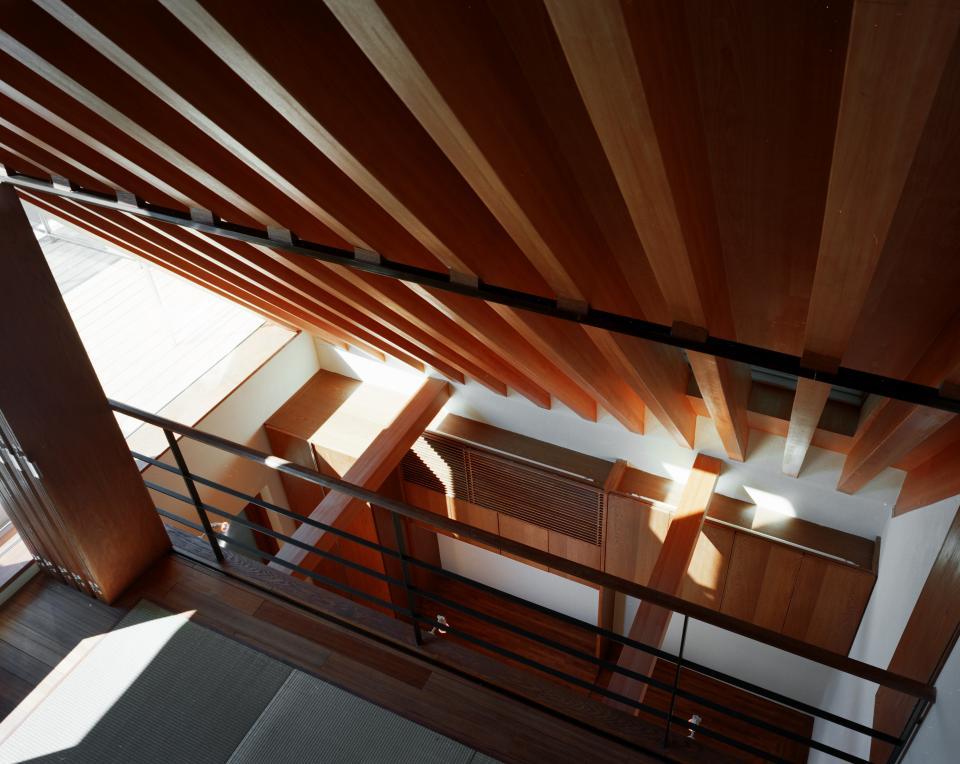 【登り梁の家】  都会の狭小地に立つ山小屋の写真0