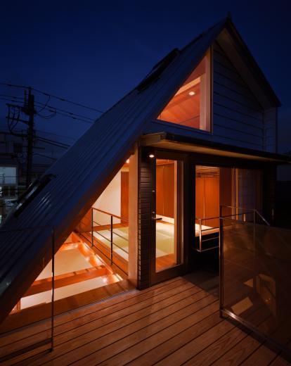 【登り梁の家】  都会の狭小地に立つ山小屋の写真2