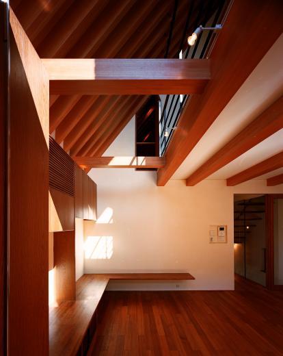 【登り梁の家】  都会の狭小地に立つ山小屋の写真4