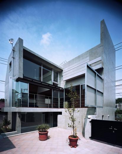 大通りに建つ家の写真7