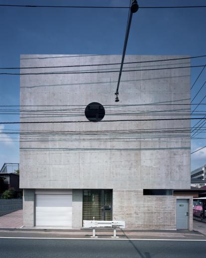大通りに建つ家の写真8