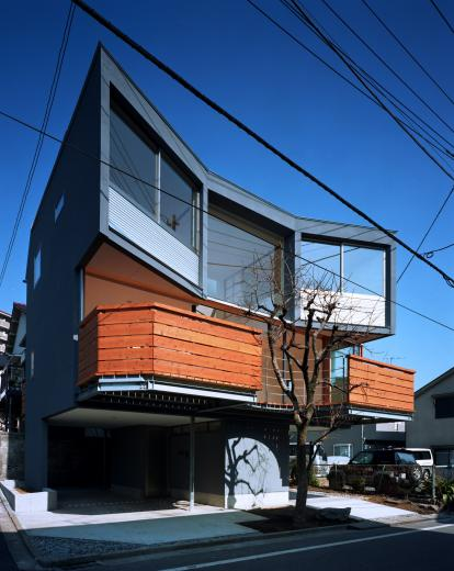 柿の木を抱く家の写真7