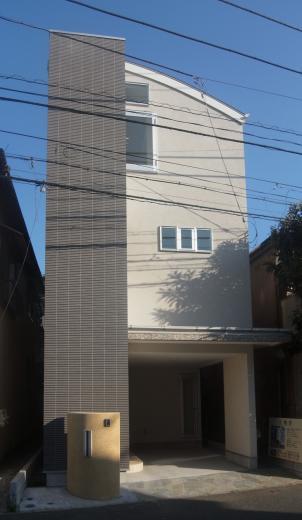 個性的な3階建て住宅の写真0