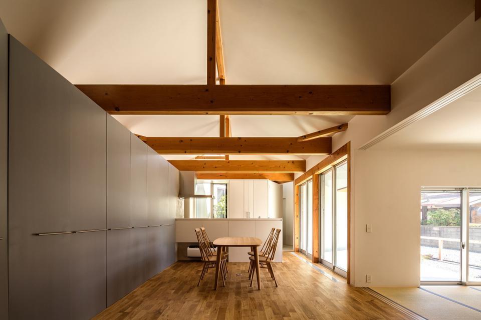 acrab/HUBのような役割を持つ、光庭をめぐる2層の回遊動線をもつ住宅。の写真0
