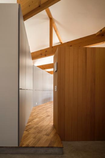 acrab/HUBのような役割を持つ、光庭をめぐる2層の回遊動線をもつ住宅。の写真2
