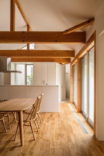 acrab/HUBのような役割を持つ、光庭をめぐる2層の回遊動線をもつ住宅。の写真3