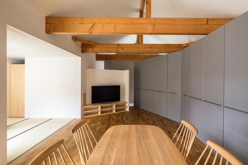 acrab/HUBのような役割を持つ、光庭をめぐる2層の回遊動線をもつ住宅。の写真4
