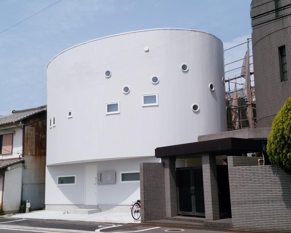 柔らかな曲線を持つ戸建住宅の写真0