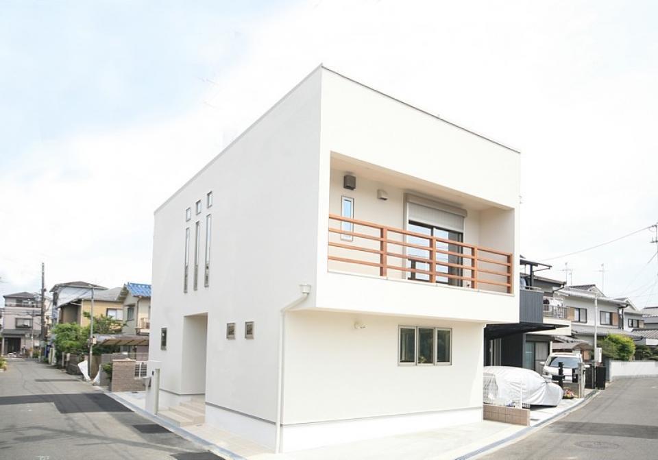 四季を感じ、人に優しい家  ~箱型バルコニーのシンプルモダンの家~ の写真0