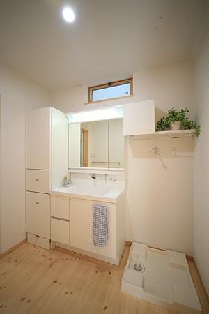 四季を感じ、人に優しい家  ~箱型バルコニーのシンプルモダンの家~ の写真2